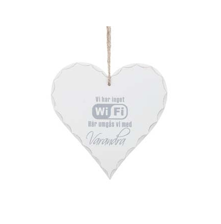 """Hjärtformad skylt i trä med texten """"Vi har inget WIFI"""""""